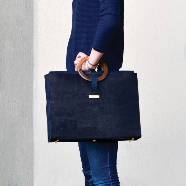 Bossy business bag carried over the writ of a model, holding the back to the side of the body
